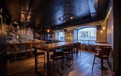 Банкетный зал бара, пивного ресторана Svoi (Свои) на набережной Реки Фонтанки